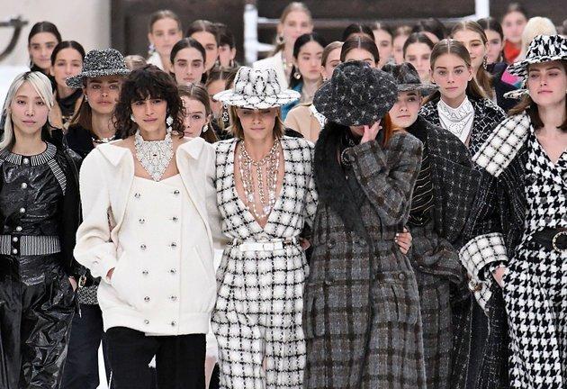 Οι μούσες της Chanel αποχαιρετούν τον Λάγκερφελντ στο κατάλευκο ντεφιλέ της