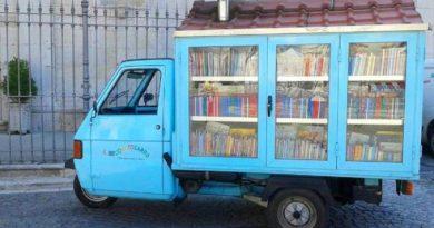 Συνταξιούχος δάσκαλος έφτιαξε μια κινητή βιβλιοθήκη