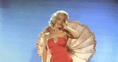 Το iconic κόκκινο ολόσωμο της Μέριλιν Μονρόε