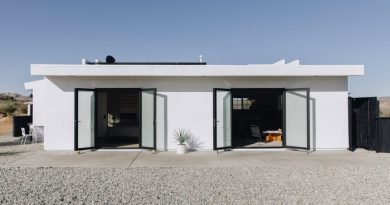 Ένα λευκό σπίτι ξεχωρίζει μέσα στην έρημο της Καλιφόρνια